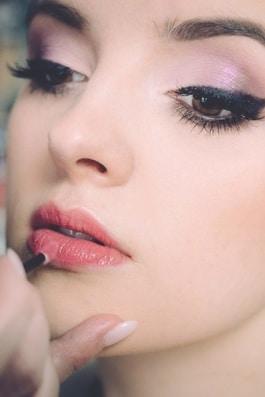 Kosmetik für Damen. Augenbrauen färben und Zupfen
